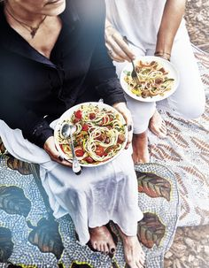 Recette Spaghettis à la tunisienne : Préparation : 20 mn > Cuisson : 35 mn Lavez et séchez les poivrons. Retirez le pédoncule, coupez-les en deux, ôtez les membranes blanches et les graines. Détaillez-les en fines lanières et recoupez chaque lanière en deux. Epluchez les gousses d'ail et d... How To Cook Pasta, Finger Foods, Cooking, Recipes, Table, Swedish Recipes, Cooking Recipes, Argentinian Recipes, Kitchen