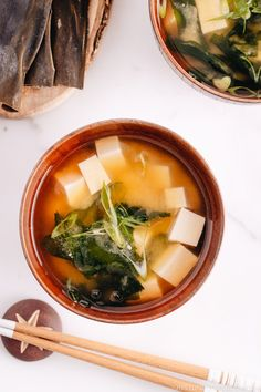 This Vegan Miso Soup with tofu and seaweed only takes less than 30 minutes to make from scratch! Perfect to go with your weeknight meal! Tofu Recipes, Asian Recipes, Healthy Recipes, Ethnic Recipes, Asian Foods, Chinese Recipes, Meal Recipes, Vegetable Recipes, Gourmet Recipes