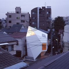The site is a small piece of land with an irregular shape, located on the corner of two narrow streets interse Folding Architecture, Japanese Architecture, Beautiful Architecture, Small House Exteriors, Pole House, Small Buildings, Japanese House, Tiny House, Facade