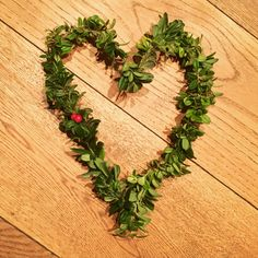 Hjerte av ståltråd og tyttebærlyng Wreaths, Flowers, Design, Home Decor, Decoration Home, Door Wreaths, Room Decor, Deco Mesh Wreaths