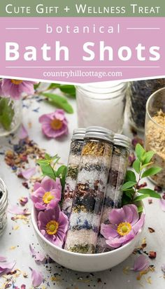 Learn how to make your own homemade bath shots with essential oils! Herbal bath shots are good for self-care, wellness and skincare benefits. This easy floral DIY bath salts in test tube recipe is made with lavender, rose petals, peppermint, eucalyptus, pink Himalayan and Epsom salt. This natural detox bath soak is a pretty handmade gift or party favors. Included are free printable labels, tips for container, storage, packaging ideas and how to use. #bathsalts #bathsoak | countryhillcottage.com Diy Bath Salts Gifts, Diy Detox Bath Salts, Diy Bath Salts Easy, Homemade Bath Salts, Detox Baths, Bath Recipes, No Salt Recipes, Diy Cosmetic, Bath Salts Recipe