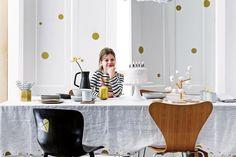 Ideas para ambientar un festejo de cumpleaños  Blanco luminoso y pocos colores que se concretan en formas de diseño. Los vinilos en la pared y la silla no necesitan más sofisticación que el dorado: el juego queda claro.  Foto:Living /Sjoerd Eickmans