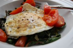 Fried egg and cherry tomatoes with wilted greens Veggie Meals, Veggie Recipes, Healthy Foods, Healthy Recipes, Rainbow Chard, Crockpot Ideas, Vegetarian Food, Cherry Tomatoes, I Love Food