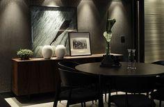 Ricardo Rossi (Estúdio gourmet) Inspira-se na sofisticação nova-iorquina mas tem como base o design brasileiro. A fotografia em preto e branco sob a comoda lateral deram o toque sofisticado de New York. Adorei ! Casa Cor 2014 (Foto: Gabriel Arantes)