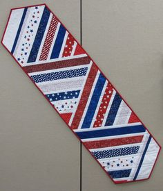 Very cute and could use different themed fabrics too to use for different holidays Table Runner And Placemats, Table Runner Pattern, Quilted Table Runners, Table Topper Patterns, Quilted Table Toppers, Small Quilts, Mini Quilts, Place Mats Quilted, Patriotic Quilts