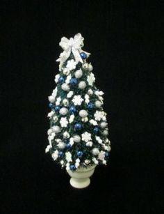 Christmas tree w/snowflakes Christmas Decorations, Christmas Tree, Dollhouse Miniatures, Snowflakes, Diamond Earrings, Decorating, Elegant, Floral, Flowers