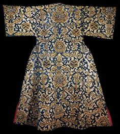 Caftan with short sleeves (back) believed to belong to Osman II (1618-22). Velvet stitches on gold cloth with blue velvet decoration and stylized lotus pattern. 17 century.