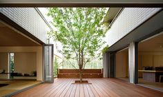 吹抜け・中庭・屋上のある暮らし | ヘーベルハウス | 実例・くらし方・商品 Interior Balcony, Interior Garden, Container Home Designs, Exterior Design, Interior And Exterior, U Shaped Houses, Japanese Modern House, Glass House Design, Casa Patio