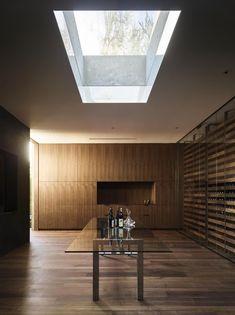 Oak Pass House: Dubová oáza v Beverly Hills   Insidecor - Design jako životní styl Atrium, Wine Cellar Design, Beverly Hills Houses, Interior Photography, Oak Tree, Large Homes, Interior Exterior, Interior Design, Maine House