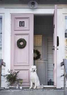 That color front door! Old Doors, Windows And Doors, Entry Hallway, Villa, Wooden House, House Goals, House In The Woods, Wooden Doors, My Room