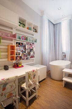Um dos dormitórios teve o espaço lúdico, com móvel para tarefas, integrado ao banho
