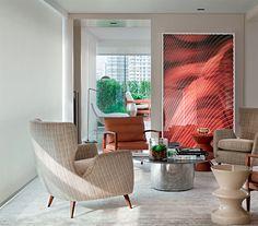 Trazidas de Paris pelos moradores, as poltronas de couro arremataram o lounge – a outra dupla é da Filter. Quadro de João Migotto, mesa de centro da Érea e tapete da Botteh.