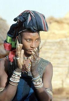 Afrique   Portrait d'une femme Wodaabe portant des vêtements traditionnels