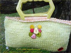 """""""Chick's Bag"""" realizzata a mano con lana """"AquiLana"""", tinta a mano con Elicriso. Dimensioni 34*17 cm. Manico color ocra esagonale. Impreziosita con pietre """"Pachità Artigianato"""".  Foderata all'interno con cotone giallo e chiusura con due bottoni in legno."""