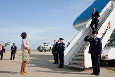 Michelle Obama espera para saludar a Barack Obama a su llegada al Aeropuerto…