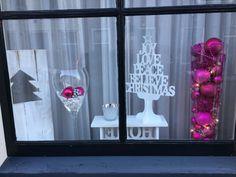 Decoratie in raam met kerst, roze / wit