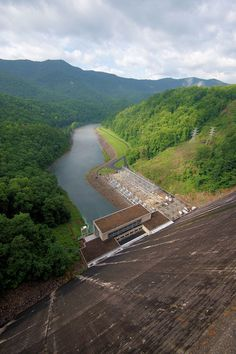 Fontana Dam: Walk or drive across for lake and mountain views. In Graham County, North Carolina. North Carolina Day Trips, North Carolina Mountains, Lakes In Nc, Fontana Dam, Hiking Places, Nc Mountains, Appalachian Trail, Places To See, Beautiful Places