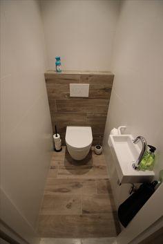 Toilet in houtlook (parketlook) Toilet ., Toilet in houtlook (parketlook) Toilet in houtlook (parketlook) Bathroom Under Stairs, Add A Bathroom, Bathroom Closet, Bathroom Design Small, Bathroom Interior Design, Bathroom Crafts, Small Toilet Room, New Toilet, Shelves Behind Toilet