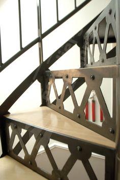 DH36 - Escalier Hélicoïdal SPIR'DÉCO® San Francisco - modèle déposé d'Escaliers Décors® au look industriel. Escalier option bois incrusté. Escalier permettant d'accéder à une mezzanine sous les combles.