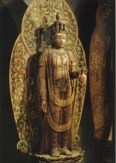 【奈良・室生寺/十一面観音立像(10世紀頃)】像高195.1cm、光背は後補とされている。平らな板に絵具で図柄を表した「板光背」を負い、室生寺樣といわれる。