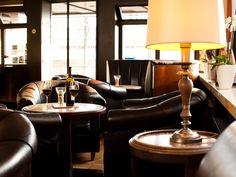 Gemütliche Lounge mit Bar im hoteltraube Rüdesheim.