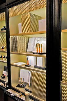 意大利Campomarzio 70精品店出售Puredistance 香水,该精品店位于罗马Via Vittoria,毗邻著名的Spanish Steps 和 Via Condotti,是罗马最时尚知名的购物街。该店不仅是香料王国,也专营各类其它高雅精致香水品牌。此外,该店还是与香水相关的各类展销会、会议和大型活动的场所,承载着向公众传播香水知识和介绍各类奢华香水的使命。