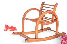 Petit fauteuil en bois à bascule Baumann