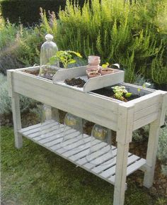 Nice garden table -- really like the movable topper Potting Bench With Sink, Potting Tables, Small Gardens, Outdoor Gardens, Painted Garden Rocks, Fallen Fruits, Backyard Greenhouse, Greenhouse Ideas, Esschert Design