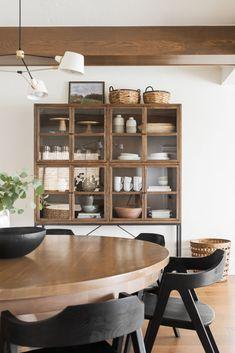 Modern Dining Room, Dining Room Decor, Room Furnishing, Black Round Dining Table, Dining Room Remodel, Dining Room Small, Dining Room Furniture, Small Dining, Dining Room Inspiration
