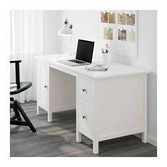 HEMNES Bureau IKEA Op de plank onder het tafelblad zijn snoeren en stekkerdozen makkelijk bereikbaar, maar uit het zicht.