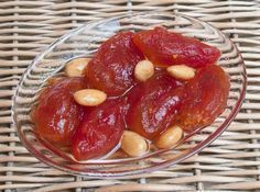 Bozcaada'ya özgü domatesle ve bademle yapılan muhteşem bir reçel. A wonderful jam made with tomatoes and almonds, typical of Bozcaada. Tomato jam is a flavor that will spoil the memorizat Ww Recipes, Snack Recipes, Dessert Recipes, Cooking Recipes, Snacks, How To Make Jam, Vegetable Drinks, Turkish Recipes, Food Facts