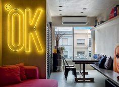 Apartamento integrado ganha mais luz natural e revestimento que imita concreto