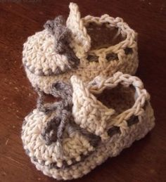 Fuente: http://countingstonesheep.tumblr.com/post/22058821012/adorable-crochet-baby-moccasin-for-a-little-fella