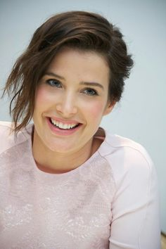 Cobie Smulders (April Canadian actress, o. known from 'How i met your mother'. Cobie Smulders, Beautiful Celebrities, Most Beautiful Women, Beautiful Actresses, Maria Hill, New Photos Hd, Robin Scherbatsky, Vancouver, Woman Smile