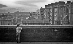 Meet the characters from Dublin's inner city during the Photographer Gerry Smith captured these compelling images in the Irish capital before it found a revitalization in the past deca… Old Pictures, Old Photos, Council House, Images Of Ireland, Ireland Homes, Dublin City, Photographs Of People, We Are The World, World Photography
