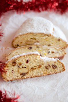 Stollen, yapmayı uzun zamandır istediğim bir ekmekti. Yeni yıl için tarifler hazırlamaya karar verdiğimde ilk aklıma gelen tariflerden biri stollen tarifi oldu. Almanların yılbaşında yaptıkları, içinde kuru meyveler ve marzipan, yani badem ezmesi olan baharatlı bir ekmek Stollen. İçindeki kuru meyveler ve zengin aromalar nedeniyle