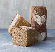 Ekstra grovt surdeigsbrød er ekstra smakfullt og holder seg saftig lenge. Et perfekt hverdagsbrød som er godt egnet til matpakka. Food And Drink, Bread, Baking, Bakken, Breads, Backen, Postres, Sandwich Loaf, Pastries