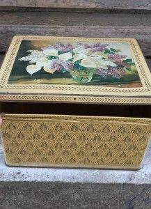 Grande boîte métallique ancienne. Décor arums & lilas. Déco bohème. Tin storage box. http://quichelorrainevintage.com/objets-choisis/boite-metal-fleurs-deco-boheme-vintage
