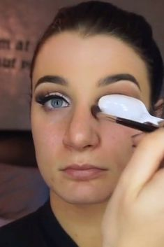 This Spoon Hack Will Give You That Perfect Cut Crease Eye #cutcreasespoon