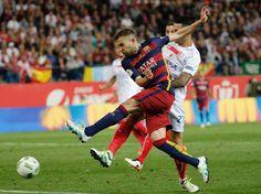 EL jugador del FC Barcelona Jordi Alba supera a Vitolo,detrás, del Sevilla consiguiendo marcar el 1-0 para su equipo en la prórroga de la final de la Copa del Rey.
