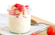 Overnight oats met rood fruit - Powered by Easy Vegetarian Lunch, Healthy Dinner Recipes, Healthy Cake, Healthy Baking, Overnight Oats With Yogurt, Overnight Oatmeal, Kiwi, Desserts For A Crowd, Oats Recipes