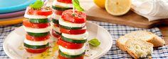 Preparazione Torretta caprese con cetrioli: Tagliate le mozzarelle a fette. Lavate e tagliate i cetrioli (conservandone la buccia) e i pomodori a rondelle non troppo sottili.