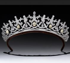 The jewelry of Downton Abbey: A tiara made by Andrew Prince for the Earl of Grantham's sister. This piece is a copy of an actual Cartier tiara that was worn by a titled English woman. Royal Crowns, Royal Tiaras, Tiaras And Crowns, Royal Jewelry, Vintage Jewelry, Hair Jewelry, Fine Jewelry, Faberge Eier, Diamond Tiara