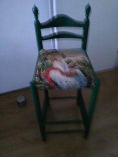Oud hoog stoeltje bewerkt met een Borduur Schilderij Het stoeltje in de kleur groen geschilderd