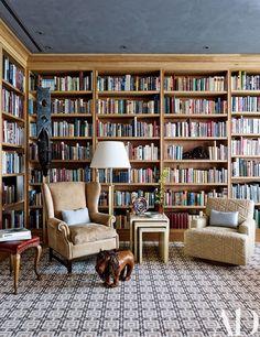 See How TV Producer Douglas S. Cramer Decorated his Art-Filled Villa in Miami Beach hashtags Home Library Design, House Design, Design Desk, Dream Library, Library Lighting, Casa Retro, Deco Studio, Library Inspiration, Bookshelves Built In
