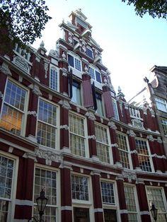 Fachada do museu do teatro em uma casa do século XVII. Museu do Teatro ou Theaterkrant. Amsterdam.