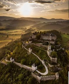 Kärntens TOP-10 Ausflugsziele: Die Burg Hochosterwitz in Kärnten. 😍😍  #nowordsneeded #amazingpic #Hochosterwitz #burgenundschlösser #burghochosterwitz #fotoalbum_kaernten #thingstodoincarinthia #bestofkärnten #visitaustria #hochosterwitzcastle #karintia #karintië #medievalcastel #carinzia #carinthia #koroška #koroska #längsee #karyntia #stgeorgenamlängsee #kärnten #ilovekärnten #sommerinkärnten #thisisaustria #castles_oftheworld #medievalarchitecture #churchesandcastles #sonnenuntergang… Fantasy City, Fantasy Castle, Medieval Fantasy, Carinthia, Austria, Architecture Design, Building, Instagram, Palaces