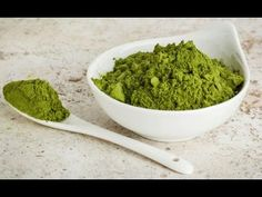 Moringa powder is beginning to gain more popularity as a new nutritious superfood. Learn about 10 amazing health benefits of drinking moringa every day. Superfoods, Detox Recipes, Healthy Recipes, Matcha Tee, Healthy Smoothie, Moringa Leaves, Superfood Powder, Sin Gluten, Moringa Oleifera