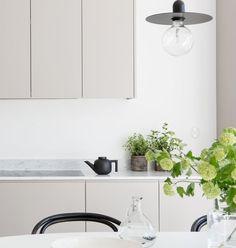 Minimalist grey kitchen inspiration with white marble countertop Grey Kitchen Inspiration, Home Decor Inspiration, Home Decor Styles, Home Decor Accessories, Home Interior, Interior Design Living Room, Greige, Nordic Kitchen, Cheap Dorm Decor