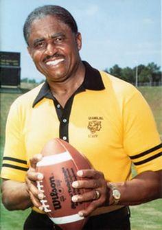 Former Grambling Coach Eddie Robinson. The winningest college football coach! College Football Coaches, But Football, College Fun, Football Field, Sports Picks, Sports Stars, American Football, Bobby Bowden, American Athletes
